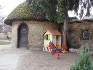 Náddal fedett kör alakú helyiség az udvaron