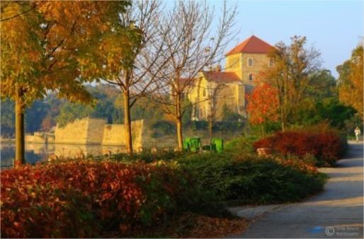 A tatai vár Októberben is gyönyörű